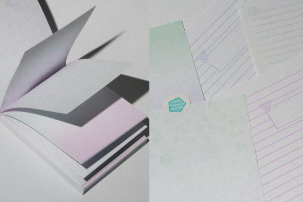 Incluye unos blocs de notas con polígonos rayados y efectos degradados